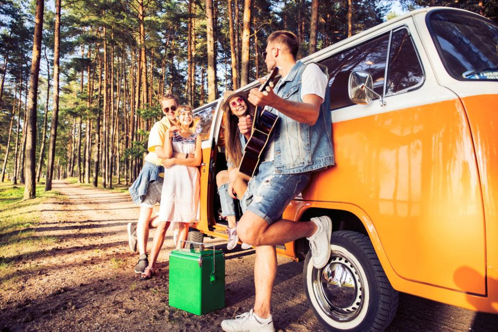 amigos haciendo ruta en furgoneta camper